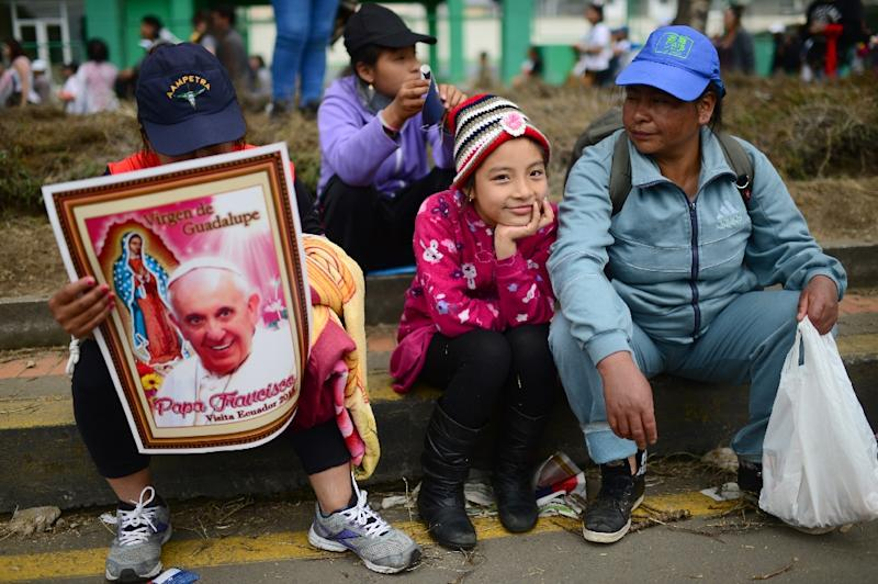 Faithful await for the passage of Pope Francis in Quito, on July 7, 2015 (AFP Photo/Martin Bernetti)
