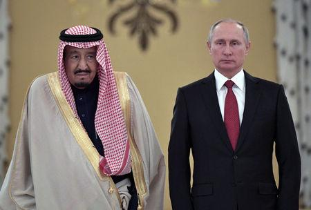 Russian President Vladimir Putin (R) and Saudi Arabia's King Salman attend a welcoming ceremony ahead of their talks in the Kremlin in Moscow, Russia October 5, 2017. Sputnik/Alexei Nikolsky/Kremlin via REUTERS