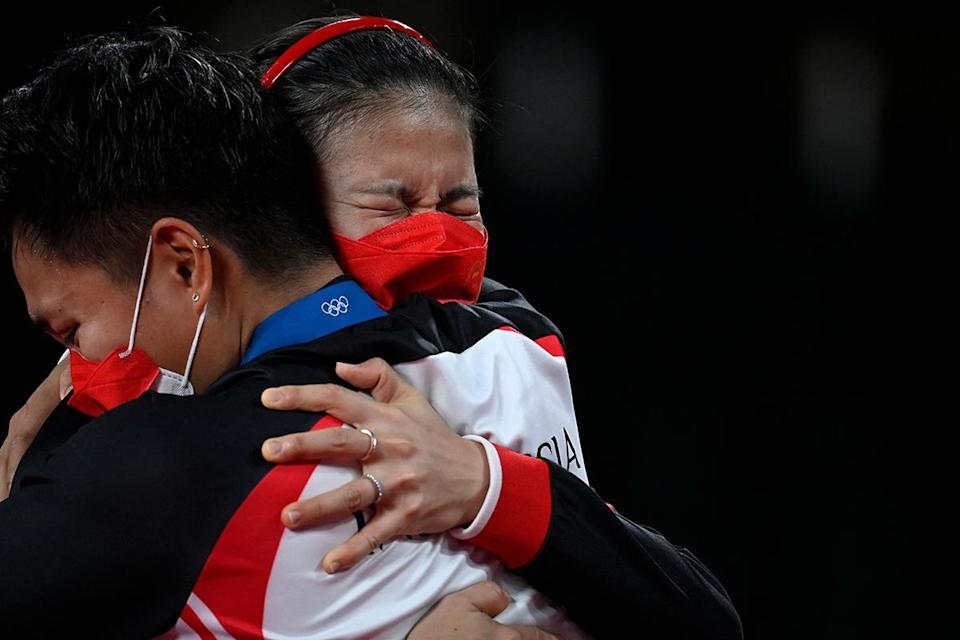 <p>Indonesia's Apriyani Rahayu and Greysia Polii embrace after winning their women's doubles badminton gold medals at the Musashino Forest Sports Plaza on August 2.</p>