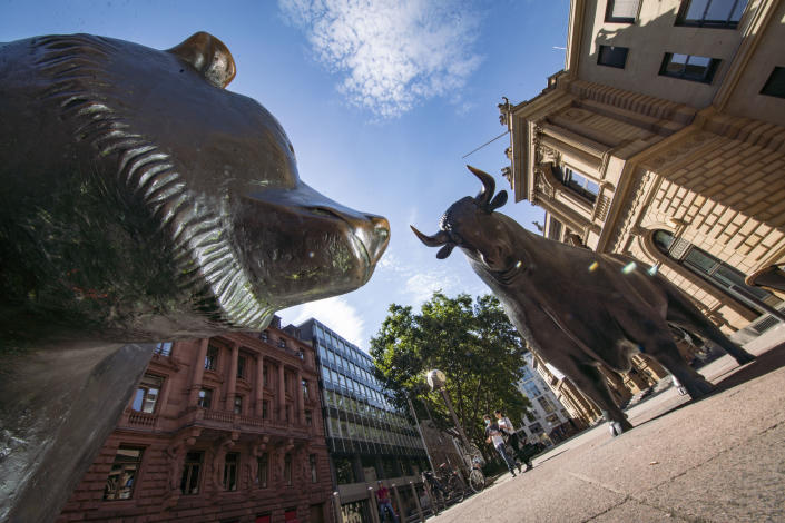 The sculptures of the bear, symbol of sinking prices, and the bull stand in front of the Frankfurt Stock Exchange. Photo: Frank Rumpenhorst/picture alliance via Getty Images