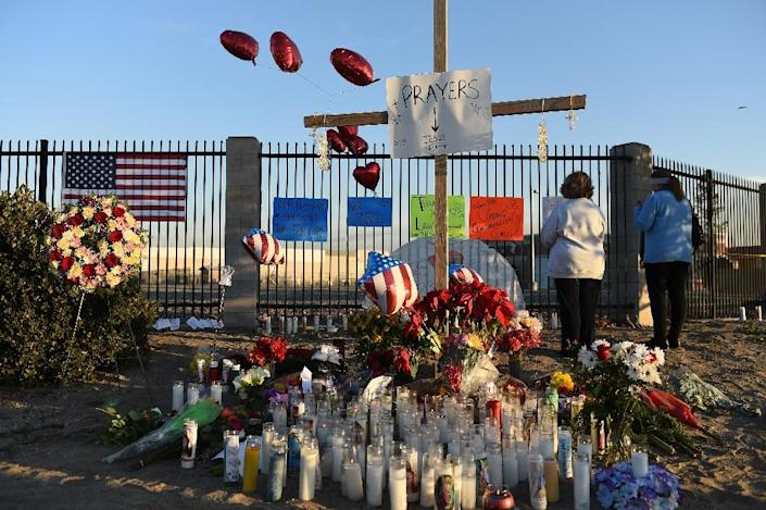 People pray on December 4, 2015 at a makeshift memorial near the Inland Regional Center in San Bernardino, California, in honor of the victims of the December 2 mass shooting there (AFP Photo/Robyn Beck)