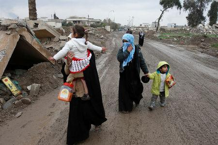 Displaced Iraqi people from the Bab al-Tob area in Mosul flee their homes after clashes to reach safe areas as Iraqi forces battle with Islamic State militants in the city of Mosul, Iraq, March 15, 2017. REUTERS/Youssef Boudlal