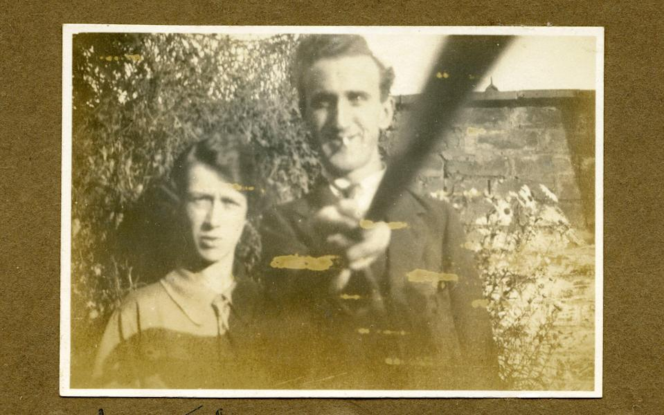 Arnold Hogg uses a DIY selfie stick to take a picture of himself and his wife, in 1926 - Royal Photographic Society/Trov