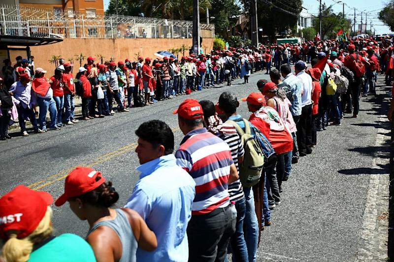 Supporters of former Brazilian President Luiz Inacio Lula da Silva wait for his arrival at tha Federal Justice office to be questioned by anti-corruption judge Sergio Moro, in Curitiba, southern Brazil, on September 13, 2017 (AFP Photo/Heuler Andrey)