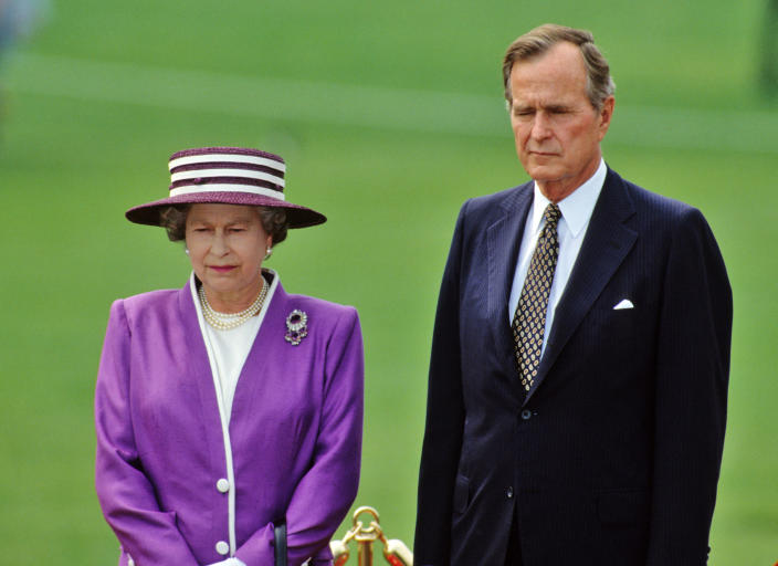 <p>Queen Elizabeth ll and President George H.W. Bush on the White House lawn on May 14, 1991. (Photo: Anwar Hussein) </p>