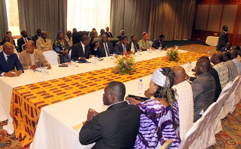 Benin President Thomas Boni Yayi (3rd L) and Senegalese President Macky Sall (4th L), chairman of Economic Community of West African States, meet with opposition leaders and members of civil society groups on September 19, 2015 in Ouagadougou hotel (AFP Photo/Ahmed Ouoba)