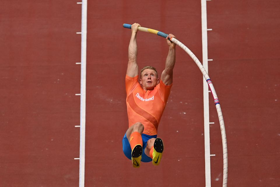 <p>Netherlands' Menno Vloon competes in the men's pole vault qualification during the Tokyo 2020 Olympic Games at the Olympic Stadium in Tokyo on July 31, 2021. (Photo by Ina FASSBENDER / AFP)</p>