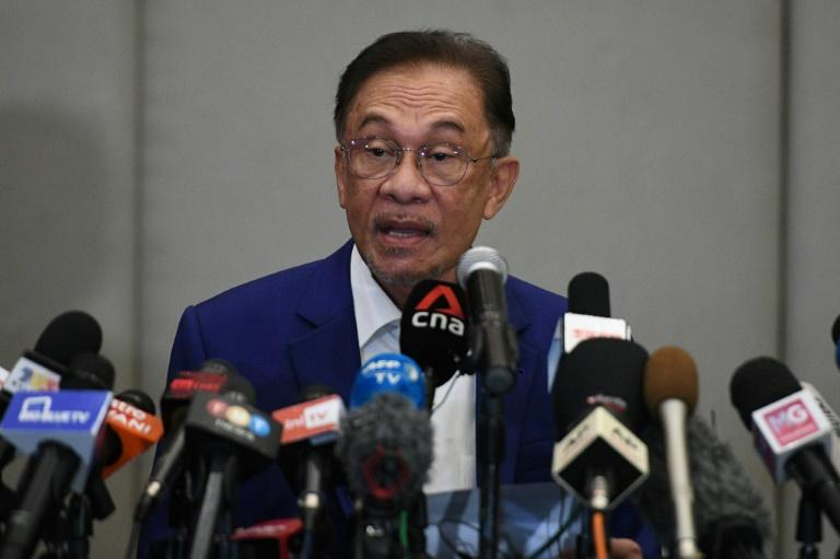 Malaysian opposition leader Anwar Ibrahim says he has enough support from MPs to become prime minister but refused to hand over the list of lawmakers to police