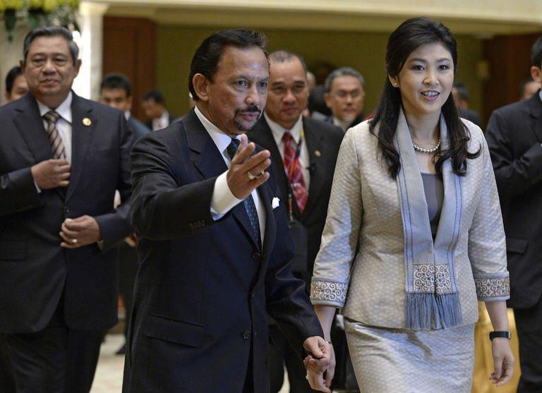 Brunei Sultan Hassanal Bolkiah (C) gestures to Thailand's Prime Minister Yingluck Shinawatra at the Association of Southeast Asian Nations (ASEAN) summit in Bandar Seri Begawan on April 25, 2013