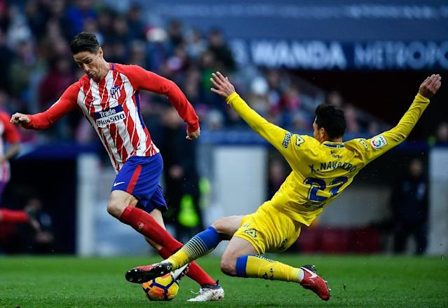 Atletico Madrid's forward Fernando Torres (L) is tackled by Las Palmas's defender Ximo Navarro during the Spanish league football match between Club Atletico de Madrid and UD Las Palmas (AFP Photo/OSCAR DEL POZO)