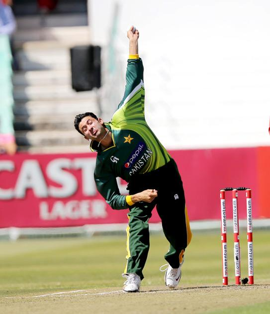 Pakistan's Junaid Khan bowls on March 21, 2013 during the fourth one-day international against South Africa at Kingsmead in Durban.                  AFP PHOTO  / Stringer        (Photo credit should read -/AFP/Getty Images)