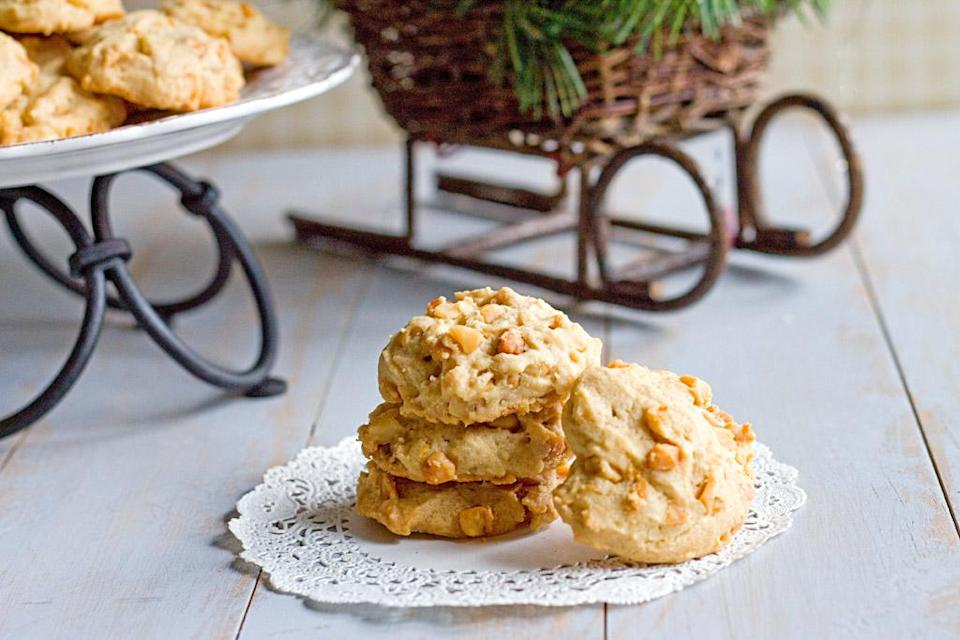 "<div class=""caption-credit""> Photo by: The Midnight Baker</div><div class=""caption-title"">Linda's Orange Macadamia Nut Cookies</div>When we've tired of snow boots and down, ice-covered windshields and snowy walkways, we long for the feel of the tropics. But we'll settle for macadamia nut cookies. <br> <br> <b>Recipe: <a href=""http://www.bakeatmidnite.com/2012/12/lindas-orange-macadamia-nut-cookies_9.html"" rel=""nofollow noopener"" target=""_blank"" data-ylk=""slk:Linda's Orange Macadamia Nut Cookies"" class=""link rapid-noclick-resp"">Linda's Orange Macadamia Nut Cookies</a></b> <br>"