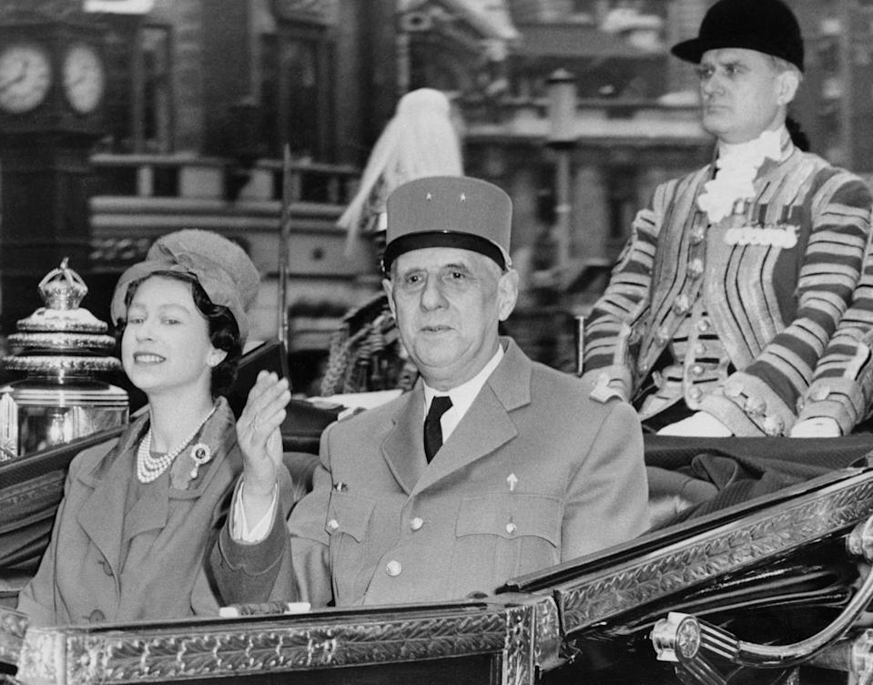 FRENCH PRESIDENT, GENERAL CHARLES DE GAULLE WITH BRITISH QUEEN EMIZABETH II AT BUCKINGHAM PALACE ON APRIL 5, 1960. (Photo by - / AFP) (Photo by -/AFP via Getty Images)