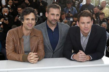 """(L-R) Cast members Mark Ruffalo, Steve Carell and Channing Tatum pose during a photocall for the film """"Foxcatcher"""" in competition at the 67th Cannes Film Festival in Cannes May 19, 2014. REUTERS/Benoit Tessier"""