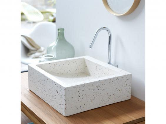 This washbasin has a contemporary design and will easily add colour while keeping its minimal style (Tikamoon)
