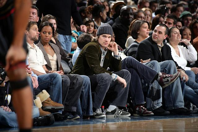 "Ethan Hawke enjoys what presumably is a free court-side seat at a <a class=""link rapid-noclick-resp"" href=""/nba/teams/nyk"" data-ylk=""slk:New York Knicks"">New York Knicks</a> game in 2007. (Getty)"