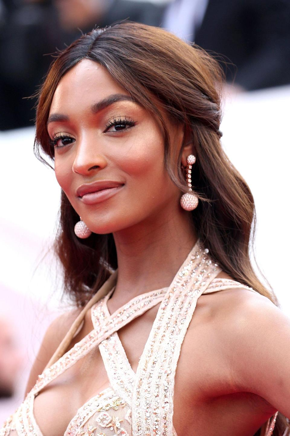 <p>At <em>The Killing Of A Sacred Deer</em> premiere Dunn wore long, flowing locks in a half-up style. Her make-up was equally pretty, with gorgeous photogenic highlights.</p>