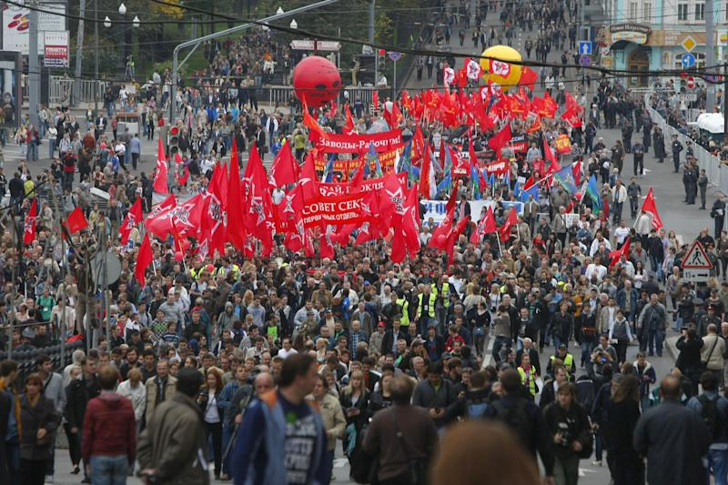 Opposition supporters march heading for a protest rally in Moscow, Saturday, Sept. 15, 2012. Thousands of opposition supporters are expected to march in Moscow for the first major protest against President Vladimir Putin since the summer break. (AP Photo/Alexander Zemlianichenko)