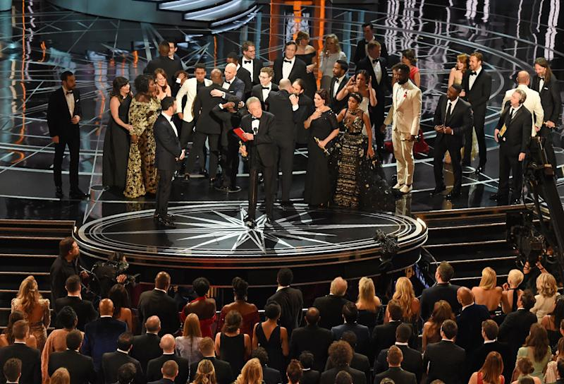 O elenco de 'Moonlight' e 'La La Land' no palco do Oscar 2017 após confusão (Foto: Mark Ralston/AFP via Getty Images)