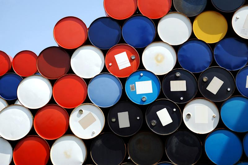 Oil rises on news of production cuts