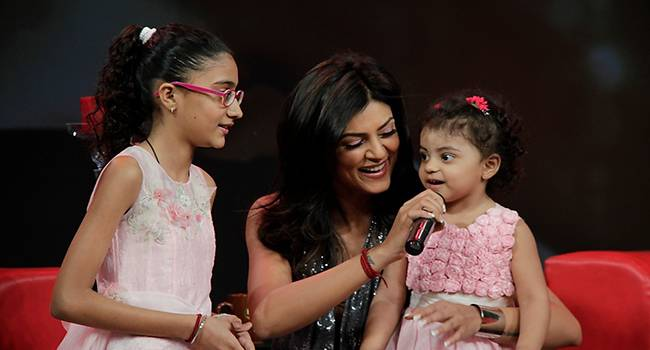 Sushmita Sen: She adopted a baby girl in 2000 and grabbed the headlines. She was just 25 years old when she decided to adopt a baby. Today she is the proud mother of two daughters.