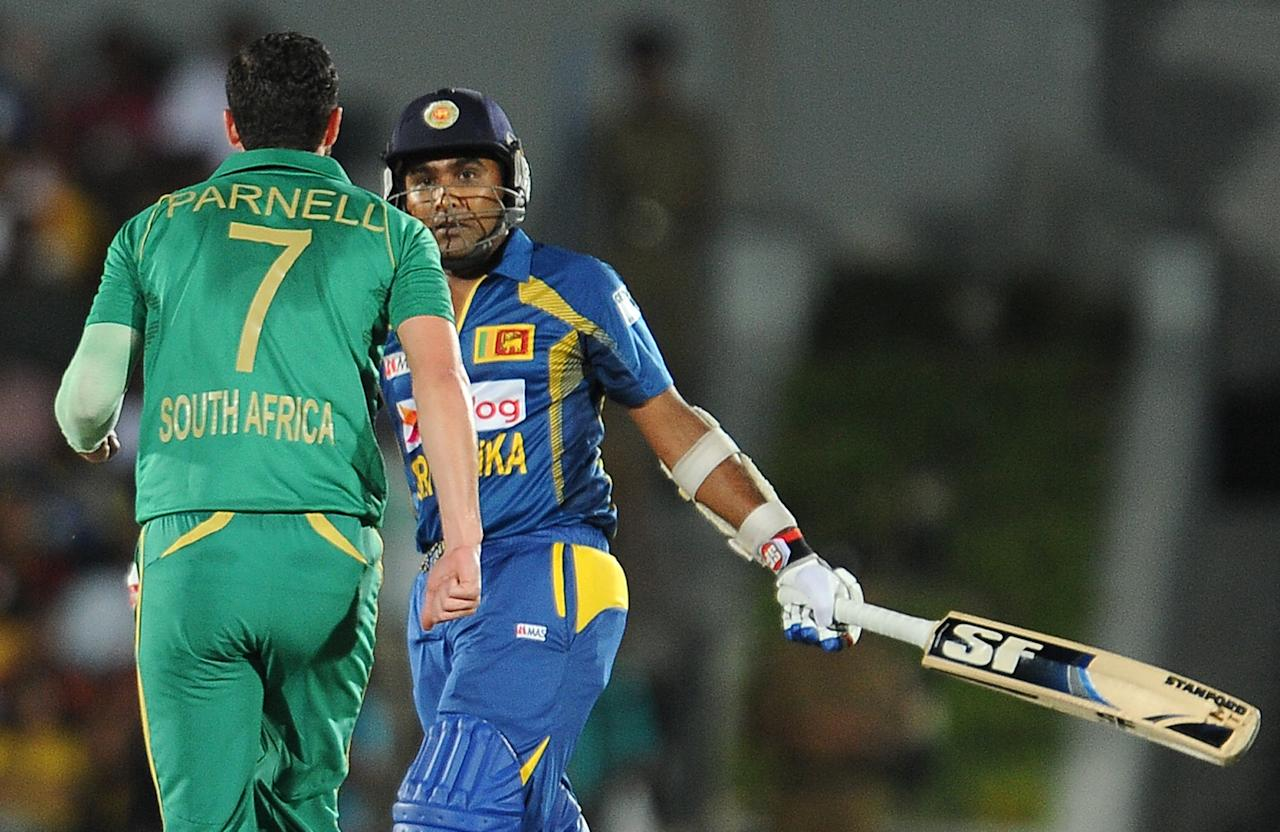 Sri Lankan batsman Mahela Jayawardene (R) looks on after he was dismissed by South African cricketer Wayne Parnell (L) during the third and final Twenty20 cricket match between Sri Lanka and South Africa at the Suriyawewa Mahinda Rajapakse International Cricket Stadium in the southern district of Hambantota on August 6, 2013. AFP PHOTO/ LAKRUWAN WANNIARACHCHI