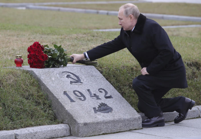 Russian President Vladimir Putin attends a wreath laying commemoration ceremony for the 77th anniversary since the Leningrad siege was lifted during the World War Two at the Piskaryovskoye Memorial Cemetery, where hundreds of thousands of siege victims are buried, in St.Petersburg, Russia, Saturday, Jan. 18, 2020. (Alexei Danichev, Sputnik, Kremlin Pool Photo via AP)