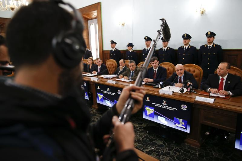 Director of the Italian S.C.O. (Central Operative System) Raffaele Grassi (2nd R) talks during a news conference with Italian and U.S. investigators in Rome February 11, 2014. Police said on Tuesday they had broken up a major organised crime operation between clans in Italy, Canada and the United States that conspired to smuggle huge amounts of drugs and weapons from South America to Italy. REUTERS/Tony Gentile (ITALY - Tags: CRIME LAW DRUGS SOCIETY)