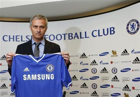 Newly reappointed Chelsea manager Jose Mourinho poses for photographers during a news conference at Stamford Bridge stadium in London June 10, 2013. REUTERS/Suzanne Plunkett