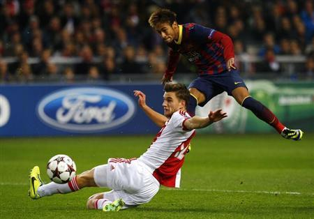 Ajax Amsterdam's Joel Veltman (L) fights for the ball with Barcelona's Neymar (R) during their Champions League group H soccer match at Amsterdam Arena in Amsterdam November 26, 2013. REUTERS/Michael Kooren
