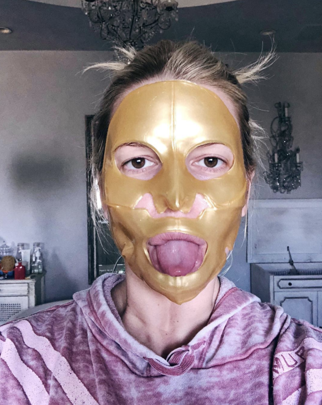 "<p>Instead of a big night out, Simpson spent Sunday in a gold face mask channeling a certain coveted statue. ""And the Oscar goes to…"" she captioned this tongue-out shot, adding ""#PutMeOnYourMantel"" (Photo: <a href=""https://www.instagram.com/p/Bf6_Beeg2dQ/?taken-by=jessicasimpson"" rel=""nofollow noopener"" target=""_blank"" data-ylk=""slk:Jessica Simpson via Instagram"" class=""link rapid-noclick-resp"">Jessica Simpson via Instagram</a>) </p>"