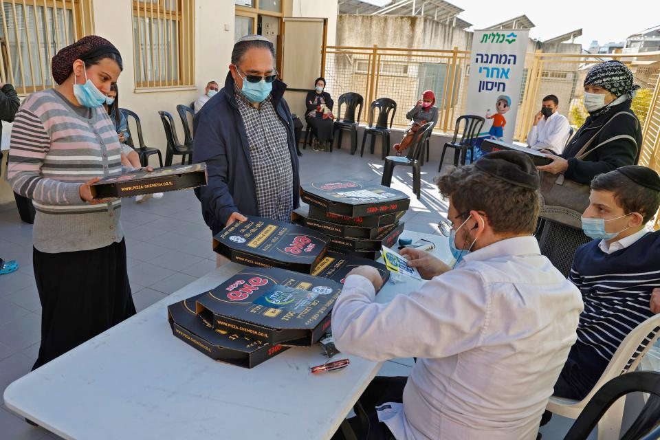 Pizza gratis para los que se vacunen de coronavirus en Bnei Brak.  (Photo by JACK GUEZ/AFP via Getty Images)