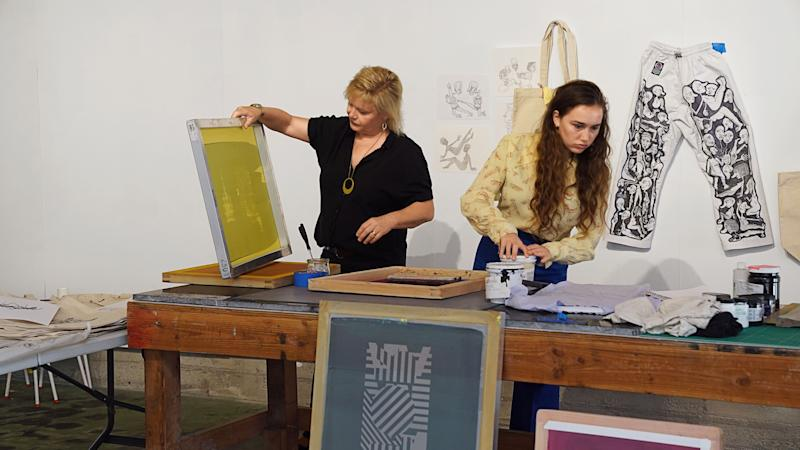 Architect Barbara Bestor silkscreening with her daughter Charlotte Silverman.