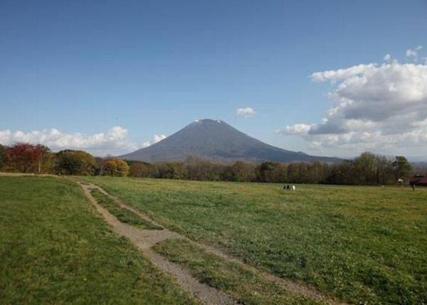 """▲The classic view from the """"Niseko Takahashi Farm"""" has restaurants and shops. The cream puffs and ice creams from """"Milk Kobo"""" are really good. It takes about 8 minutes by car from """"Michi-no-Eki Niseko View Plaza""""."""