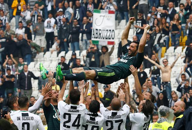 Soccer Football - Serie A - Juventus vs Hellas Verona - Allianz Stadium, Turin, Italy - May 19, 2018 Juventus' Gianluigi Buffon is lifted up by his team mates in celebration of winning the league and his final appearance for Juventus REUTERS/Stefano Rellandini