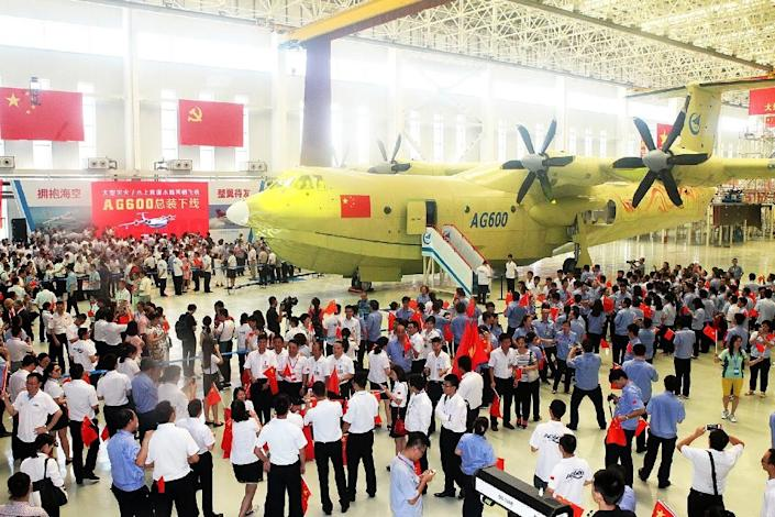 Crowd gathers at a ceremony to unveil the AG600 amphibious plane in Zhuhai, southern China's Guangdong Province, on July 23, 2016 (AFP Photo/-)