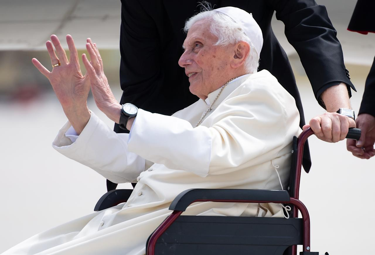 Former pope Benedict XVI waves at the airport in Munich, southern Germany, before his departure on June 22, 2020. - Former pope Benedict XVI returns to the Vatican from Germany, where he was visiting his sick brother. (Photo by Sven Hoppe / POOL / AFP) (Photo by SVEN HOPPE/POOL/AFP via Getty Images)