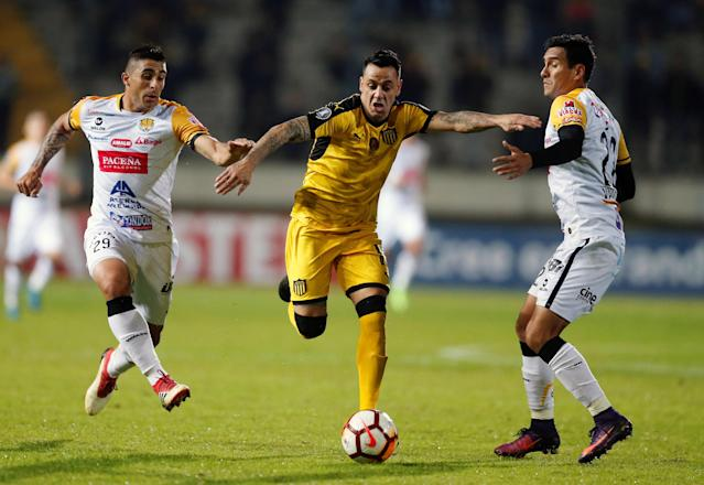 Soccer Football - Uruguay's Penarol v Bolivia's The Strongest - Copa Libertadores - Campeon del Siglo Stadium, Montevideo, Uruguay - May 17, 2018 - Penarol's Fabian Estoyanoff and The Strongest's Agustin Jara (L) and Juan Valverde in action. REUTERS/Andres Stapff