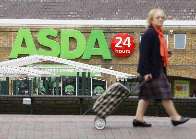A shopper walks past an Asda superstore in south London, August 13, 2009. Wal-Mart Stores posted a 13.3 percent rise in second-quarter operating profit at its international businesses at constant exchange rates, helped by a strong performance from Asda in Britain. REUTERS/Luke MacGregor (BRITAIN BUSINESS)
