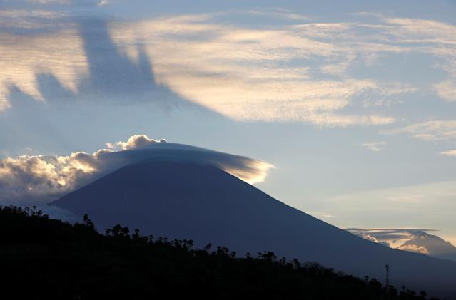<p>The sun sets behind Mount Agung, a volcano on the highest alert level, from Amed on the resort island of Bali, Indonesia on Sept. 25, 2017. (Photo: Darren Whiteside/Reuters) </p>