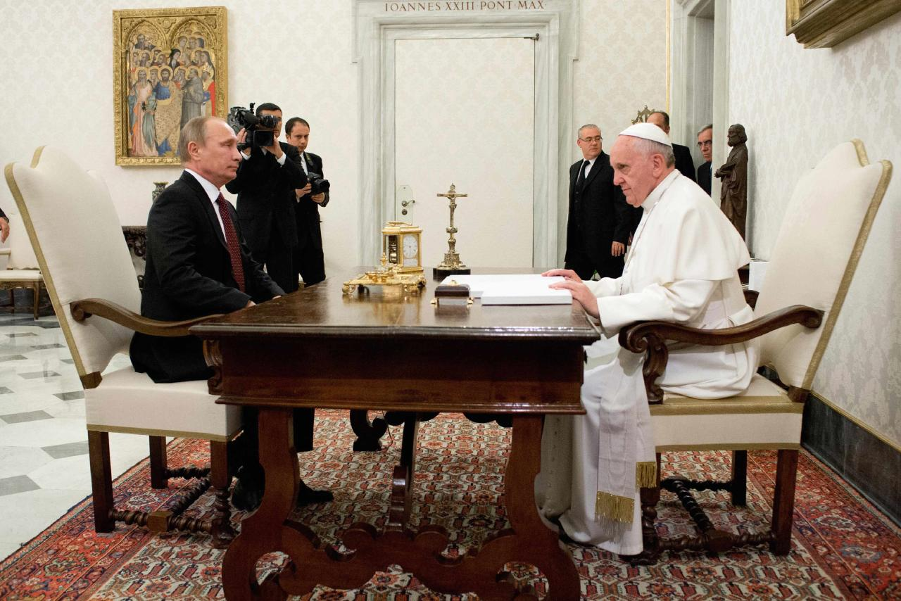 Pope Francis meets with Russia's President Vladimir Putin during a private audience at the Vatican, November 25, 2013. REUTERS/Osservatore Romano (VATICAN - Tags: RELIGION POLITICS) ATTENTION EDITORS - THIS IMAGE WAS PROVIDED BY A THIRD PARTY. FOR EDITORIAL USE ONLY. NOT FOR SALE FOR MARKETING OR ADVERTISING CAMPAIGNS. THIS PICTURE IS DISTRIBUTED EXACTLY AS RECEIVED BY REUTERS, AS A SERVICE TO CLIENTS. NO SALES. NO ARCHIVES