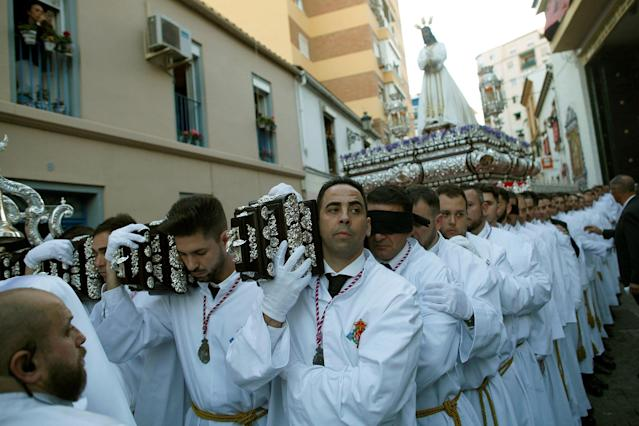 "<p>Penitents carry a weighted structure with a statue of Christ as they take part in the procession of ""El Cautivo"" brotherhood during Holy Week in Malaga, southern Spain, March 26, 2018. (Photo: Jon Nazca/Reuters) </p>"