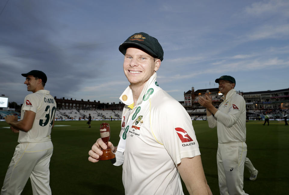 Steve Smith celebrates with the Urn after Australian drew the series to retain the Ashes.
