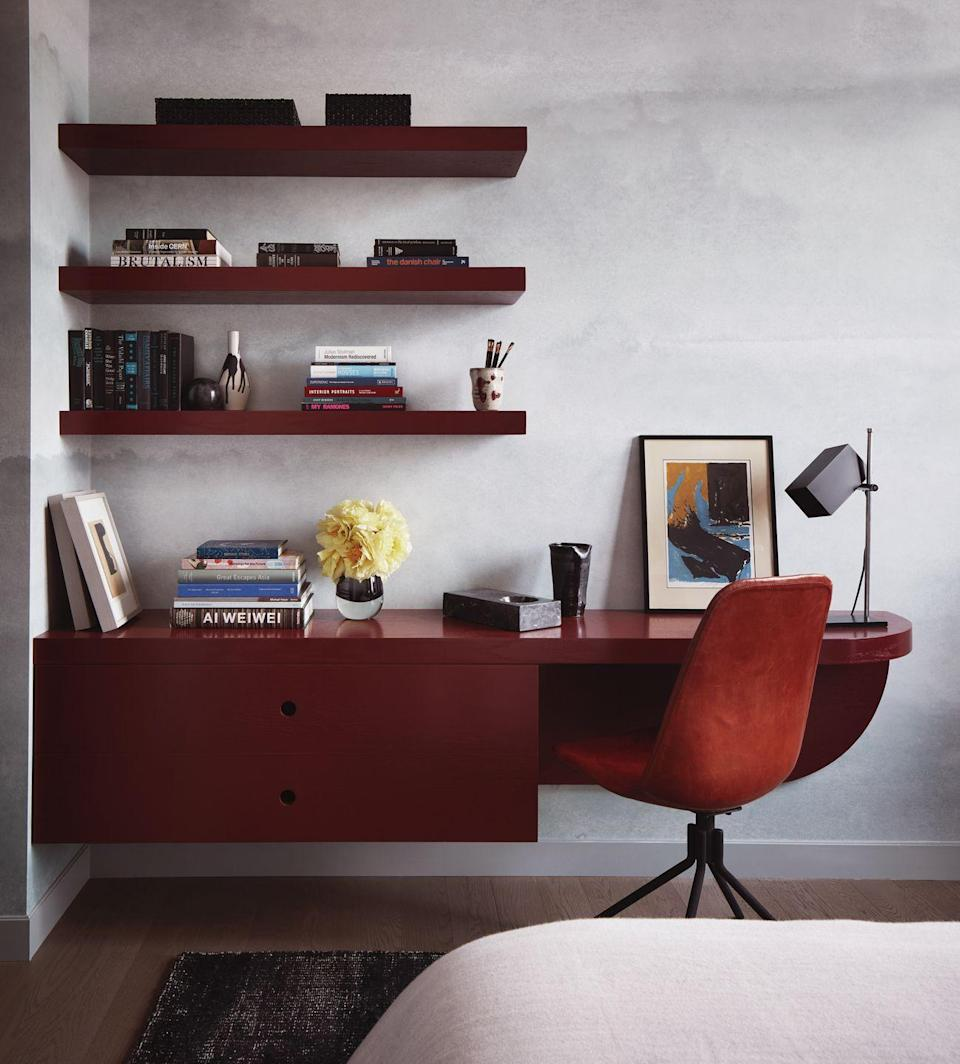 """<p>For many of us, working from the bedroom is the only option. American interior designer Jamie Bush has made it an attractive choice in this New York apartment, with a statement red lacquer floating desk that keeps the floor space free – preserving a feeling of spaciousness. <a href=""""https://www.jamiebush.com/"""" rel=""""nofollow noopener"""" target=""""_blank"""" data-ylk=""""slk:jamiebush.com"""" class=""""link rapid-noclick-resp"""">jamiebush.com</a></p><p><strong><strong>Like this article? </strong><u><a href=""""https://hearst.emsecure.net/optiext/optiextension.dll?ID=LKHLy4U%2BAPDM5JcrmOKxtYntAlN0FMNelBSKJmXANeFj7b3wVEXa8UQNxN3Kk5RyF_0Q89Kyk6%2BjLh"""" rel=""""nofollow noopener"""" target=""""_blank"""" data-ylk=""""slk:Sign up to our newsletter"""" class=""""link rapid-noclick-resp"""">Sign up to our newsletter</a></u> to get more articles like this delivered straight to your inbox.</strong></p><p><strong><a class=""""link rapid-noclick-resp"""" href=""""https://hearst.emsecure.net/optiext/optiextension.dll?ID=LKHLy4U%2BAPDM5JcrmOKxtYntAlN0FMNelBSKJmXANeFj7b3wVEXa8UQNxN3Kk5RyF_0Q89Kyk6%2BjLh"""" rel=""""nofollow noopener"""" target=""""_blank"""" data-ylk=""""slk:SIGN UP"""">SIGN UP</a></strong></p><p><strong><strong>Keep your spirits up </strong>and <a href=""""https://www.hearstmagazines.co.uk/elle-decoration-magazine-subscription-website?utm_source=elledecoration.co.uk&utm_medium=referral&utm_content=stayathome"""" rel=""""nofollow noopener"""" target=""""_blank"""" data-ylk=""""slk:subscribe to ELLE Decoration here"""" class=""""link rapid-noclick-resp"""">subscribe to ELLE Decoration here</a>, so our magazine is delivered direct to your door</strong><br></p>"""