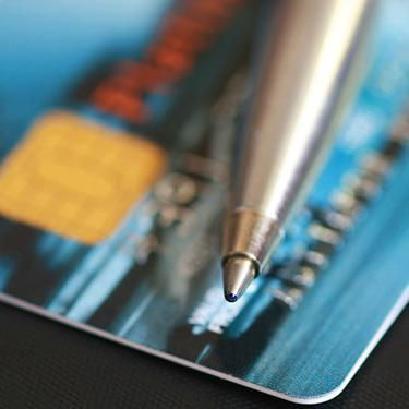 Pen-and-credit-card-close-up_web