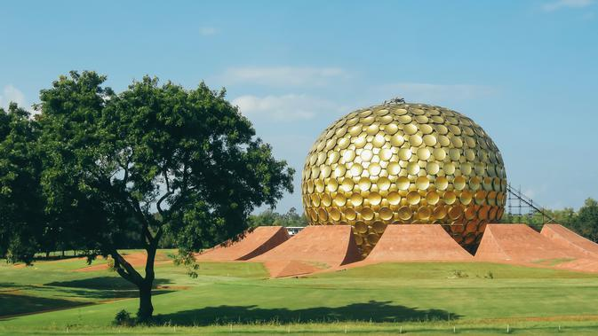 Matrimandir in Auroville, India (unsplash.com/MattheRader)