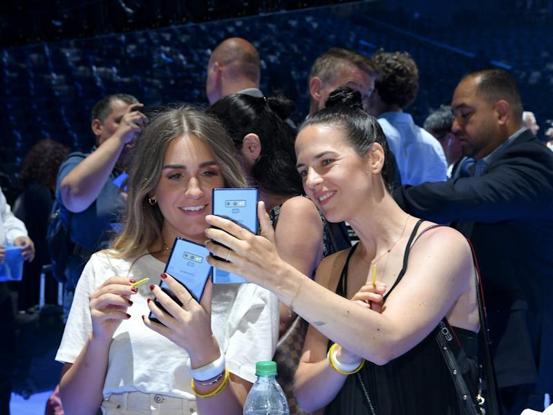 Samsung Note 9 women holding phones