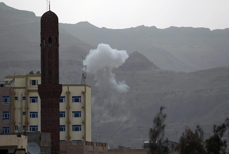 Smoke rises from the Faj Attan Hill area in the Yemeni capital Sanaa on April 7, 2015, following an alleged air strike by the Saudi-led alliance on Shiite Huthi rebels camps (AFP Photo/Mohammed Huwais)