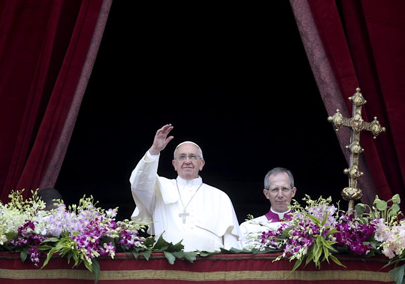 "Pope Francis waves as he delivers a ""Urbi et Orbi"" message from the balcony overlooking St. Peter's Square at the Vatican April 5, 2015. REUTERS/Alessandro Bianchi"