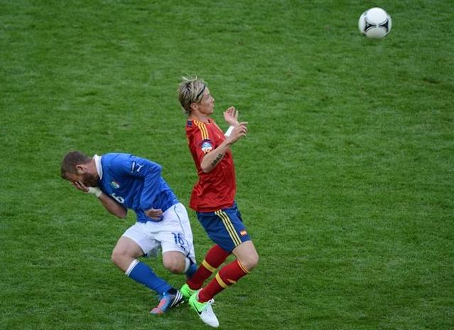 Italian midfielder Daniele De Rossi (L) vies with Spanish forward Fernando Torres during the Euro 2012 championships football match Spain vs Italy on June 10, 2012 at the Gdansk Arena. AFPPHOTO/ PATRIK STOLLARZPATRIK STOLLARZ/AFP/GettyImages